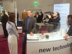 The Innovation Award traditionally attracts plenty of media attention: here Dr Klaus Opwis, from the Krefeld Textile Research Institute, explains the recycling of precious metals from industrial wastewater by use of textiles.